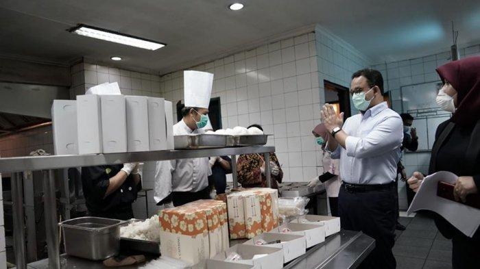 Gubernur DKI Jakarta Anies Baswedan meninjau aktivitas di dapur Hotel Grand Cempaka Business milik BUMD Jakarta, PT. Jakarta Tourisindo, yang kini diubah dan dioperasikan sebagai tempat peristirahatan bagi para tenaga medis di Jakarta yang sedang berjuang keras mengalahkan wabah Covid-19, Kamis 26 Maret 2020.