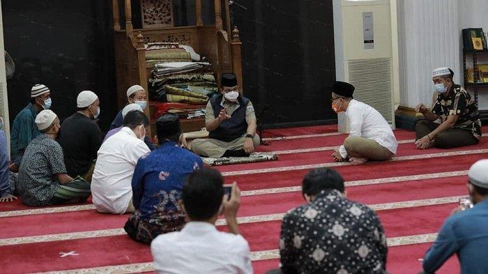 Anies Baswedan melakukan salat subuh sekaligus meninjau Masjid Nurul Abrar 21