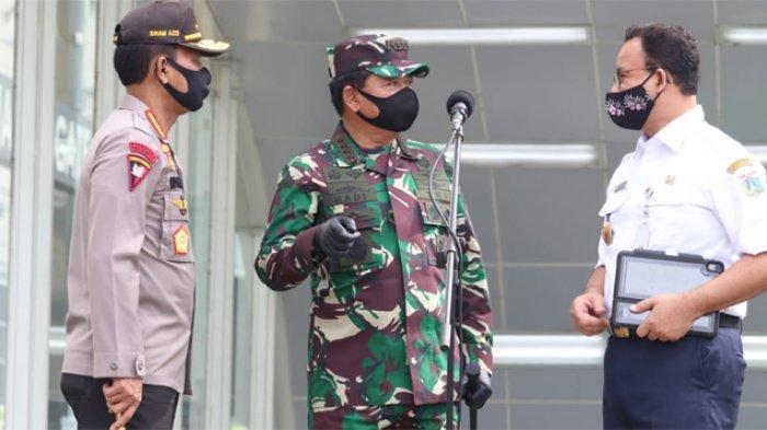 Panglima TNI Marsekal TNI Hadi Tjahjanto mendampingi Presiden Jokowi meninjau kesiapan penerapan prosedur standar New Normal di sarana publik. Lokasi pertama yang dikunjungi Presiden Jokowi di sekitaran Stasiun MRT Bundaran Hotel Indonesia, Jakarta Pusat, Selasa (26/5/2020).