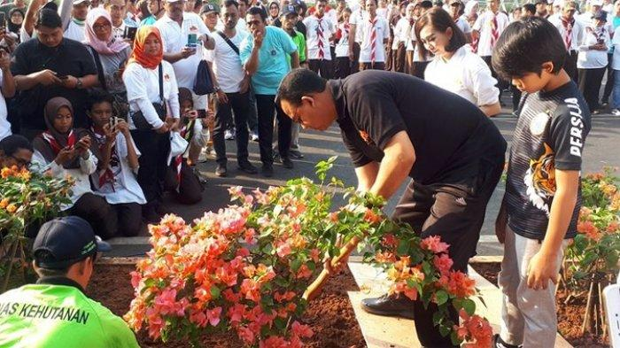 Gubernur DKI Jakarta Anies Baswedan di Jalan Jenderal Sudirman, Jakarta Selatan, Minggu (18/7/2019). KOMPAS.COM/RINDI NURIS VELAROSDELA