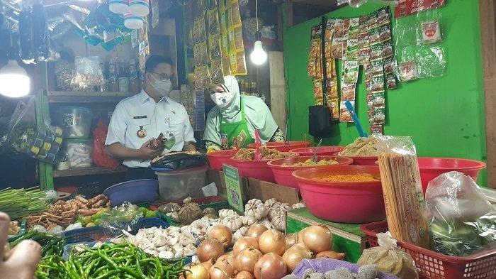 Moment Anies Tolak Bumbu Rendang dari Pedagang di Pasar Kopro, Alasannya Takut Diperiksa KPK