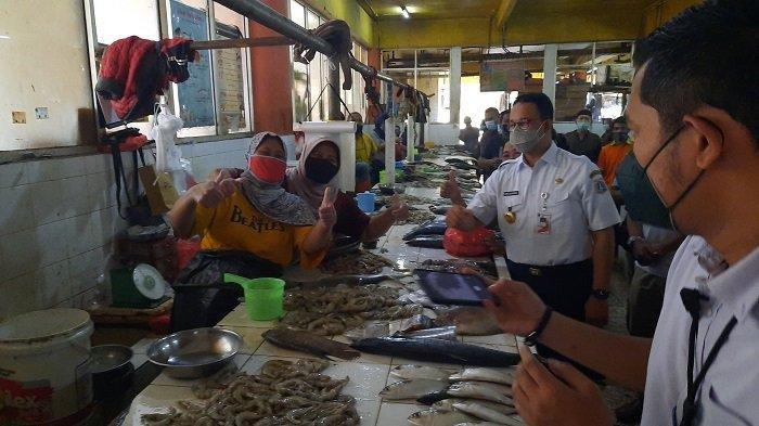 Gubernur Anies Dapat Ucapan Selamat Ulang Tahun dari Emak-emak di Pasar Kopro