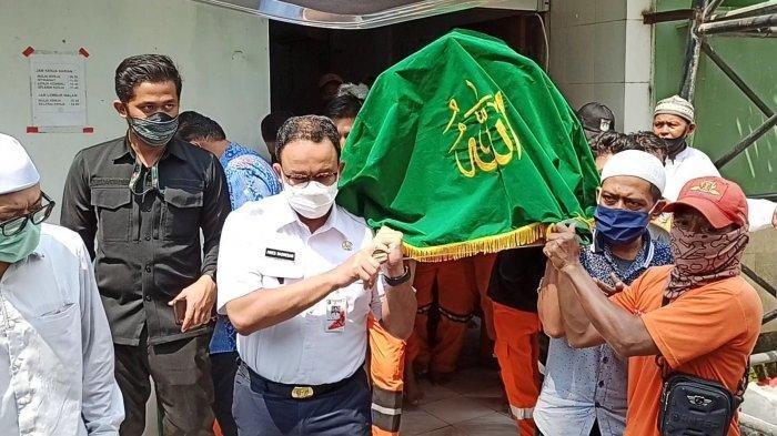 Gubernur DKI Jakarta Anies Baswedan ikut mengangkut keranda mayat yang membawa Taka (43), petugas PPSU Kelurahan Kelapa Gading Barat yang tewas usai menjadi korban tabrak lari, Kamis (23/7/2020).