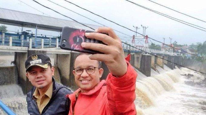 Fakta Sebenarnya Foto Selfie Anies BaswedanDalam Postingan Guntur Romli