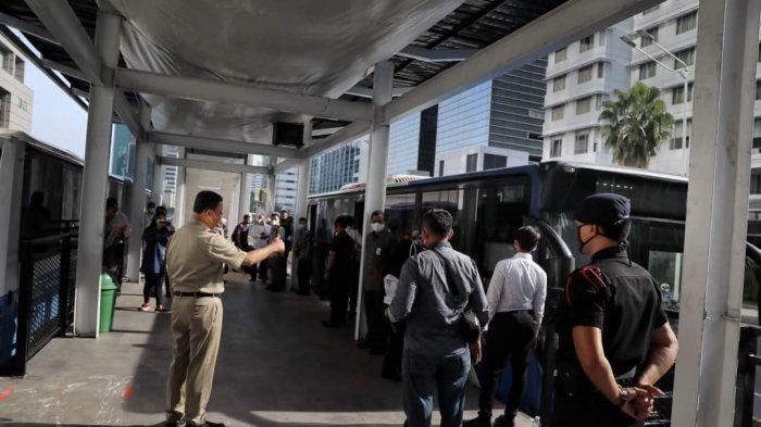 Gubernur DKI Jakarta Anies Baswedan Senin (12/10/2020) meninjau renovasi halte Transjakarta Bundaran HI yang rusak dibakar massa perusuh dalam aksi demo menolak UU Cipta Kerja, Kamis (8/10/2020).