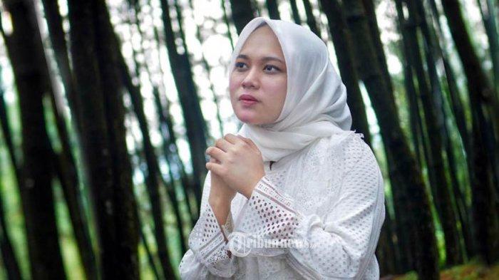 Penyanyi berhijab Anisa Rahman, mantan backing Grup SABYAN Gambus membantah Keluarganya yang Sebut Nissa dan Ayus Sabyan Sudah Menikah Siri