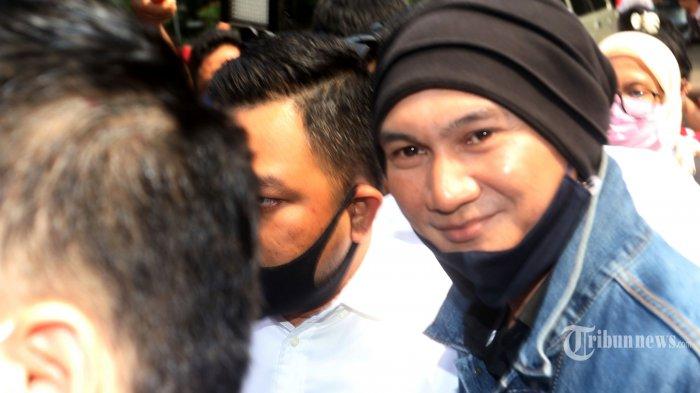 Musisi Erdian Aji Prihartanto alias Anji memenuhi panggilan Ditreskrimsus Polda Metro Jaya untuk menjalani pemeriksaan terkait kasus konten video temuan obat Covid-19 yang diklaim oleh Hadi Pranoto, yang berpotensi menimbulkan kegaduhan dan keresahan di masyarakat, di Jakarta Selatan, Senin (10/8/2020). Anji dan Hadi Pranoto dilaporkan oleh Cyber Indonesia dengan sangkaan Pasal 28 juncto Pasal 45A UU ITE. Warta Kota/Nur Ichsan