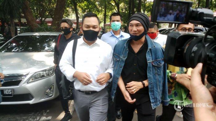 Musisi Erdian Aji Prihartanto alias Anji kembali menjalani pemeriksaan petugas Ditreskrimsus Polda Metro Jaya usai rehat makan siang, di Jakarta Selatan, Senin (10/8/2020). Anji yang diserbu awak media hanya berkata singkat yang meminta para wartawan untuk bersabar menunggu hingga pemeriksaan dirinya selesai. Anji diperiksa Polda Metro Jaya atas laporan Muannas Al Aidid dari Cyber Indonesia, yang menilai konten video milik Anji tentang temuan obat Covid-19 buatan Hadi Pranoto menimbulkan kegaduhan dan keresahan di masyarakat. Warta Kota/Nur Ichsan
