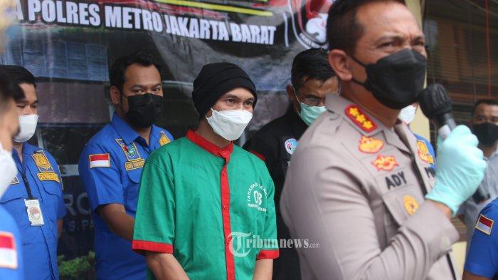 Anji Manji hadir sebagai tersangka kasus penyalahgunaan narkotika jenis ganja,  di Polres Metro Jakarta Barat, Rabu (16/6/2021). Anji ditangkap Polisi karena menyalahgunakan narkotika jenis Ganja di Studio rekamannya. Warta Kota/Angga Bhagya Nugraha