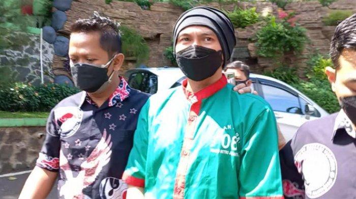 Penyidik Polres Metro Jakarta Barat memindahkan Anji Manji dari Tahanan ke Rumah Sakit Ketergantungan Obat (RSKO) Cibubur, Jakarta Timur, Jumat (25/6/2021)