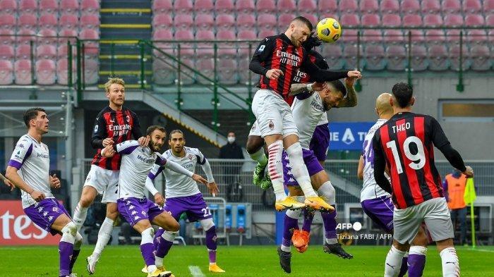 Penyerang Kroasia AC Milan Ante Rebic (Atas) dan bek Italia Fiorentina Cristiano Biraghi (3rdR) melakukan sundulan selama pertandingan sepak bola Serie A Italia AC Milan vs Fiorentina pada 29 November 2020 di stadion San Siro di Milan. Tiziana FABI / AFP
