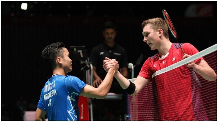 Anthony Ginting bersalaman dengan Viktor Axelsen usai berakhirnya pertandingan perempat final Japan Open 2018, Jumat (14/9/2018).