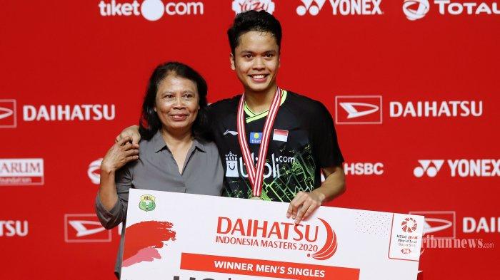 Kalahkan Anders Antonsen, Anthony Sinisuka Ginting Ajak Sang Ibu Naik Podium Indonesia Masters 2020