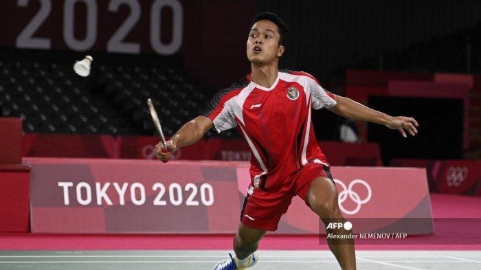 Pebulutangkis Indonesia Anthony Sinisuka Ginting melepaskan tembakan ke gawang Anders Antonsen dari Denmark dalam pertandingan perempat final bulu tangkis tunggal putra pada Olimpiade Tokyo 2020 di Musashino Forest Sports Plaza di Tokyo pada 31 Juli 2021.