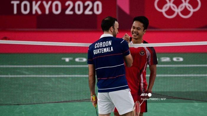 Anthony Sinisuka Ginting (kanan) dari Indonesia menyapa Kevin Cordon dari Guatemala setelah memenangkan pertandingan tunggal putra bulu tangkis medali perunggu selama Olimpiade Tokyo 2020 di Musashino Forest Sports Plaza di Tokyo pada 2 Agustus 2021.