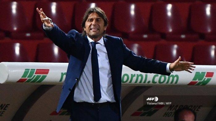 Pelatih Inter Milan Italia Antonio Conte memberikan instruksi selama pertandingan sepak bola Serie A Italia Benevento vs Inter pada 30 September 2020 di stadion Ciro Vigorito