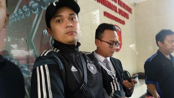 Antony Hilenaar dengan kuasa hukumnya saat menyambangi Resmob Polda Metro Jaya, Kamis (8/8/2019). (Grid.ID/Corry Wenas Samosir)