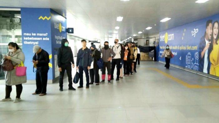 Suasana penumpang mengantre di stasiun MRT Bendungan Hilir, Jakarta Pusat, Senin pagi (16/3/2020).