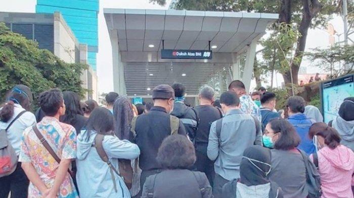 Antrean calon penumpang di Halte Dukuh Atas Senin (16/3/2020) pagi.