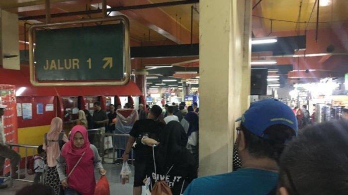 Gangguan Listrik Ikut Beri Dampak Transjakarta, Antrean Mengular di Halte Busway Blok M