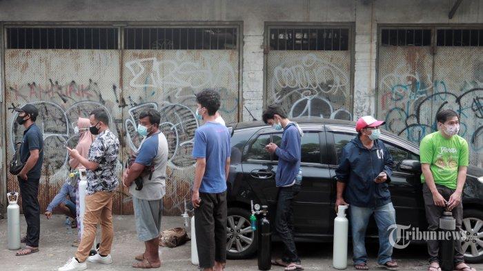 Warga mengantre untuk mengisi ulang tabung oksigen di kawasan Pesanggrahan, Jakarta, Rabu (7/7/2021). Ditengah lonjakan COVID-19, terutama varian baru, stok oksigen mengalami minim ketersediaan dan pemerintah RI telah meminta para produsen mengalihkan produksi oksigennya untuk keperluan medis. TRIBUNNEWS/IRWAN RISMAWAN