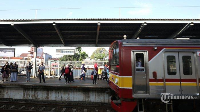 Sejumlah penumpang mengenakan masker saat akan menaiki KRL di Stasiun Bekasi, Jawa Barat, Rabu (6/5/2020). Pihak Stasiun Bekasi menerapkan jarak sosial antar penumpang, membatasi jumlah penumpang hingga 50 persen dan membatasi jam operasional dari pukul 06.00 WIB hingga 18.00 WIB. Tribunnews/Jeprima
