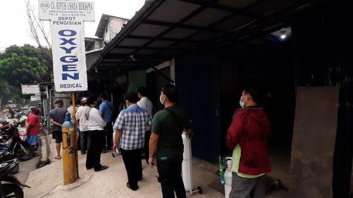 Covid-19 Melonjak, Warga Antre Beli Tabung Oksigen di Pasar Manggis, Harganya Naik 100 Persen