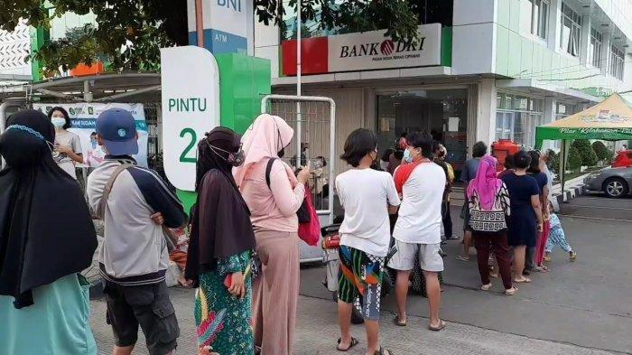Warga Antre di Depan ATM Bank DKI untuk Mencairkan Dana BST Rp 600 Ribu