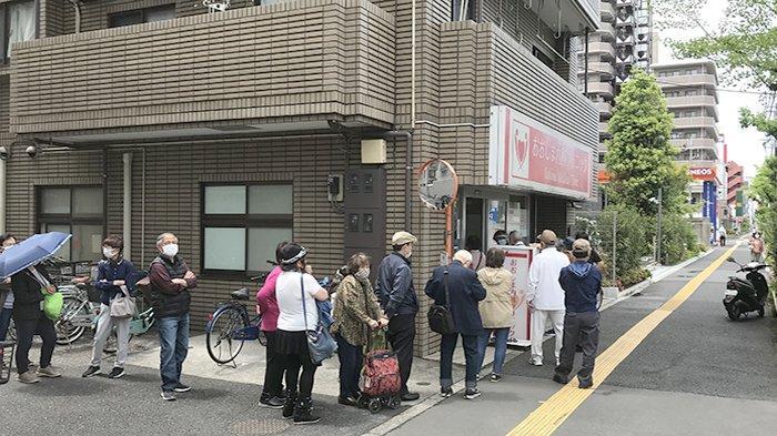 Antrean vaksinasi para lansia di sebuah klinik di Tokyo Jepang.