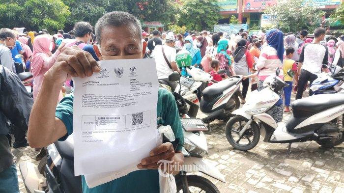 PENCAIRAN DANA BST -  Warga antri saat hendak mencairkan dana bantuan sosial tunai (BST) di komplek SD Negeri Tanah Tinggi, Kota Tangerang, Sabtu (9/1/2021). BST senilai Rp 300 ribu/bulan per kepala keluarga ini diberikan selama 4 bulan mulai Januari hingga April 2021, BST diberikan kepada warga terdampak sekaligus untuk pemulihan ekonomi akibat pandemi Covid-19. WARTA KOTA/NUR ICHSAN
