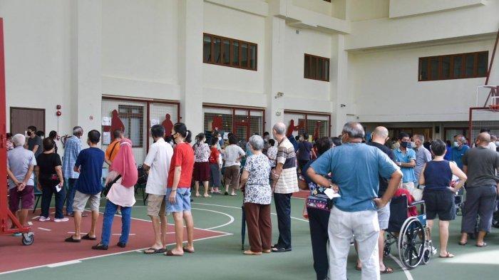 Antrian terbentuk di TPS Hougang Community Hall pada 10 Jul 2020.