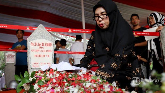Sejumlah warga terlihat mendatangi makam Presiden RI ke 3 BJ Habibie untuk berdoa di Taman Makam Pahlawan, Kalibata, Jakarta Selatan, Kamis (12/9/2019). Tidak hanya dihadiri oleh beberapa tokoh politik ratusan warga pun terlihat sangat antusias datang ke makam BJ habibie. Sebagian warga ada yang terlihat berdoa danTribunnews/Jeprima