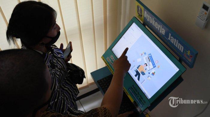 Posko pendampingan pendaftaran program Kartu Prakerja yang disediakan Pemprov Jatim di Kantor Dinas Tenaga Kerja dan Transmigrasi Jatim didatangi banyak pencari kerja terutama mereka yang terdampak pandemi virus corona atau Covid-19, di Kota Surabaya, Jawa Timur, Senin (13/4/2020).
