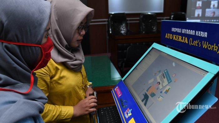 Posko pendampingan pendaftaran program Kartu Prakerja yang disediakan Pemprov Jatim di Kantor Dinas Tenaga Kerja dan Transmigrasi Jatim didatangi banyak pencari kerja terutama mereka yang terdampak pandemi virus corona atau Covid-19, di Kota Surabaya, Jawa Timur, Senin (13/4/2020). Para pekerja yang dirumahkan, pekerja yang terkena PHK, maupun para pencari kerja yang terkendala untuk mendaftar mandiri lewat gadget maupun perangkat mandiri, bisa mendapatkan pendampingan dengan mendatangi Posko Pendampingan yang disiapkan di 56 titik layanan di seluruh Jawa Timur. Surya/Ahmad Zaimul Haq