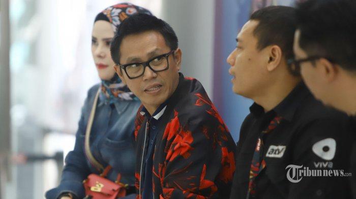 Artis pengisi acara Sahurnya Pesbukers dan Pesbukers Ramadan, Eko Patrio (kedua kiri) dan Angel Lelga (kiri) saat konferensi pers di Jakarta Selatan, Kamis (2/5/2019). Sahurnya Pesbukers dan Pesbukers Ramadan dihadirkan dengan konsep beragam dan meriah yang bertujuan menemani ibadah puasa pemirsa ANTV. Tribunnews/Herudin