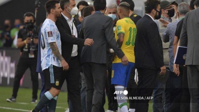 LAGA DIHENTIKAN- Pemain Argentina Lionel Messi (kiri) dan pemain Brasil Neymar terlihat setelah petugas dari Badan Pengawasan Kesehatan Nasional (Anvisa) masuk ke lapangan untuk menghentikan pertandingan sepak bola kualifikasi Amerika Selatan untuk Piala Dunia FIFA Qatar 2022 antara Brasil dan Argentina di Neo Quimica Arena, juga dikenal sebagai Corinthians Arena, di Sao Paulo, Brasil, pada 5 September 2021.