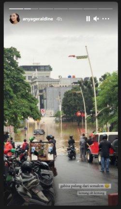 Anya Geraldine kebanjiran dan tak bisa pulang