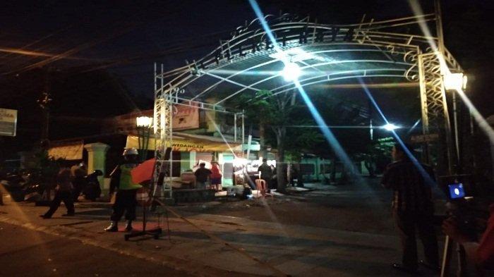 Aparat berjaga di gang masuk rumah duka Iunda Jokowi di Solo