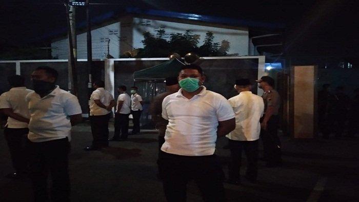 Aparat buat barisan penjagaan kemanaan di rumah duka Ibunda Jokowi, Sujiatmi Notomiharjo, di Sumber, Banjarsari, Solo, Rabu (25/3/2020) malam