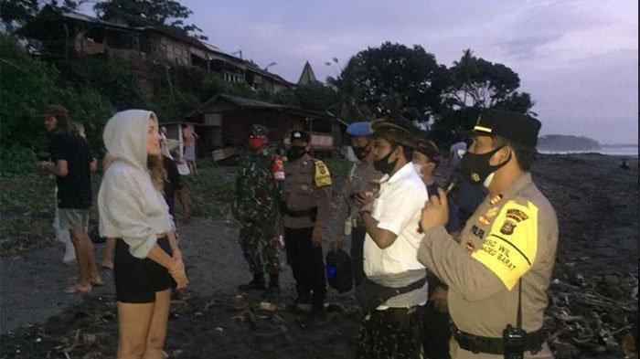 Wisatawan Bule Kocar-kacir Dibubarkan Aparat Saat Hendak Rayakan Malam Tahun Baru di Pantai