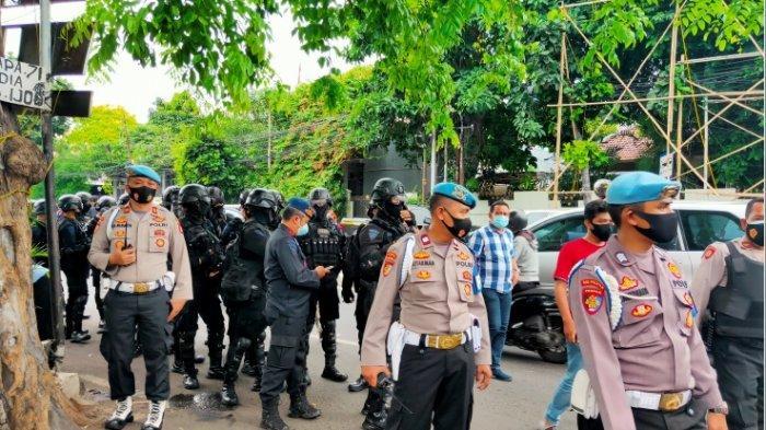 BERITA FOTO: Aparat Gabungan TNI dan Polri Sambangi Markas FPI di Petamburan III
