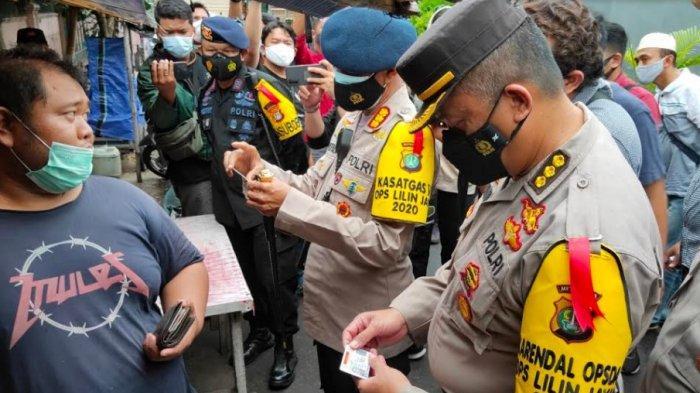 Aparat gabungan dari unsur kepolisian dan TNI di M j