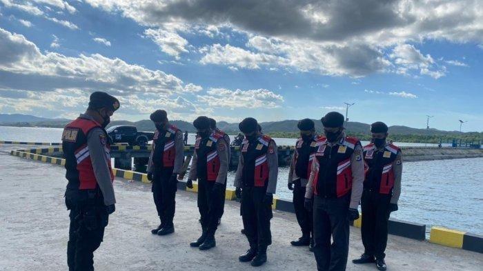 Personel Polairud Polres Pulau Buru berdoa bersama sebelum melakukan evakuasi penumpang KM. Tidar di Pelabuhan Namlea, Senin (26/7/2021).
