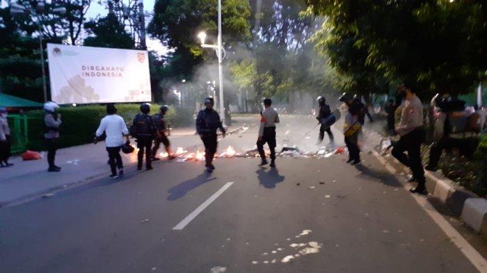 Polisi Sisir Gerombolan Perusuh dalam Aksi Demo di Depan Gedung DPR