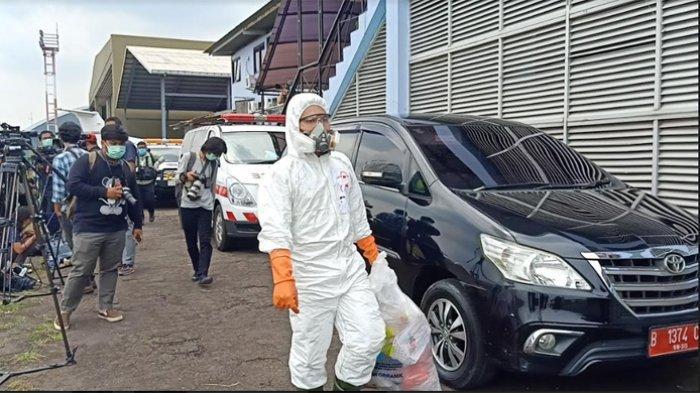 Petugas yang menggunakan Alat Pelindung Diri (APD) juga membuang sampah yang dibawa dari pesawat C-130 Hercules A-1333 milik TNI di Terminal Selatan, Bandara Halim Perdanakusuma pada Senin (23/3/2020) pagi.
