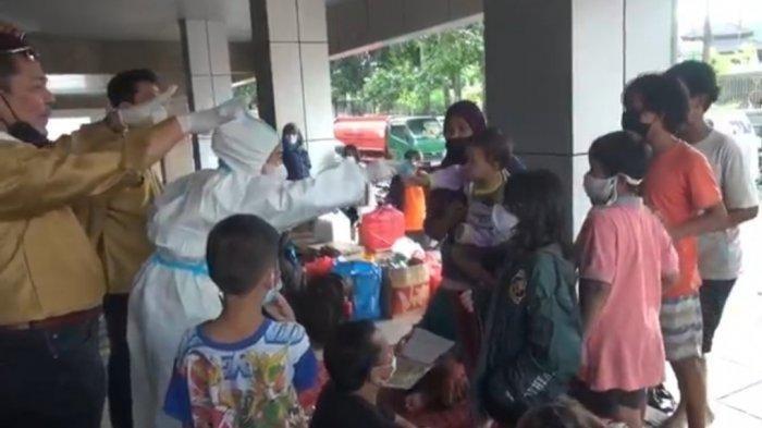 Nyaris Ricuh, Aksi Hasnaeni Moein Wanita Emas Bagi-bagi Uang untuk Korban Banjir Dibubarkan