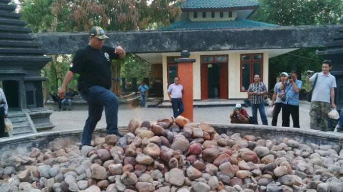 Berjalan di Atas Batu Kayangan Api, Bojonegoro, Tak Sekadar Menguji Nyali