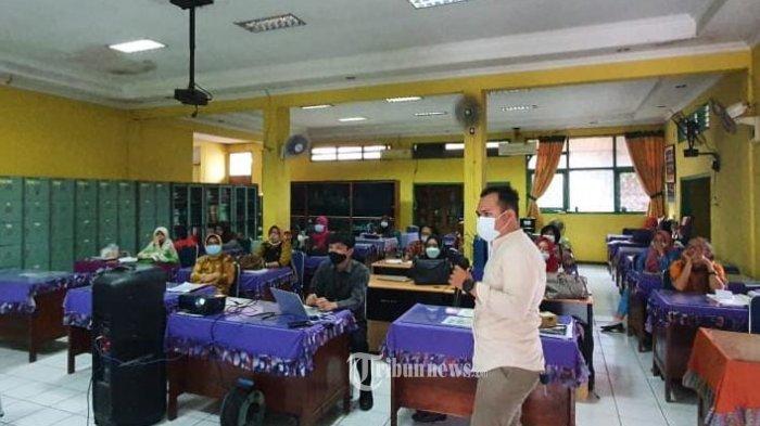 Guna menunjang kegiatan belajar mengajar di kota Bekasi, aplikasi Pintarpedia mendonasikan alat live streaming untuk sejumlah sekolah.