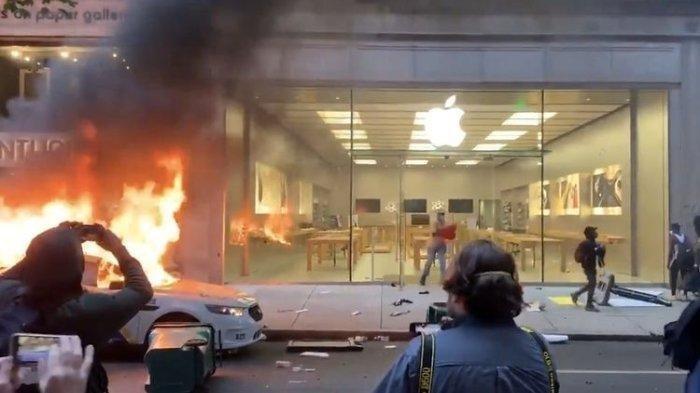 Apple Store di Wallnut Street, Philadelphia yang dijarah oleh oknum demonstan pada (31/5/2020). Apple Store turut menjadi korban penjarahan oknum demonstran George Floyd. Meski mengalami kerugian, Apple lakukan balas dendam cerdik bagi penjarah.