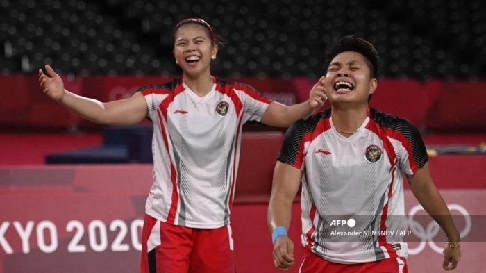 Apriyani Rahayu dari Indonesia dan Greysia Polii dari Indonesia (kiri) merayakan setelah memenangkan pertandingan final bulu tangkis ganda putri melawan Jia Yifan dari China dan Chen Qingchen dari China pada Olimpiade Tokyo 2020 di Musashino Forest Sports Plaza di Tokyo pada 2 Agustus 2021. Alexander NEMENOV / AFP